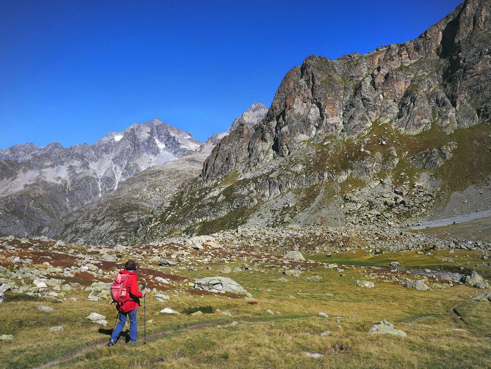 Du refuge, il faut redescendre un peu vers l'est puis le nord pour trouver le sentier-balcon (visible à gauche au bas de la petite crête).