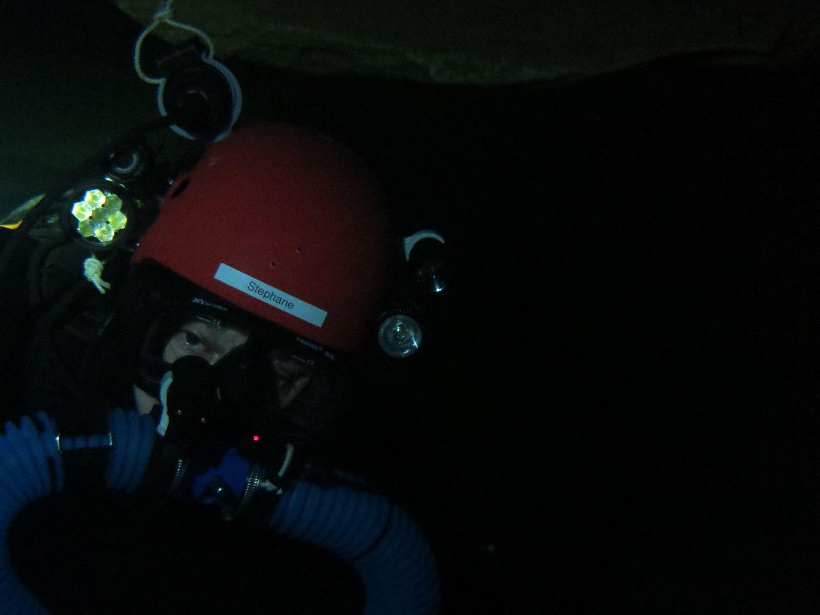 imaginez le retour sans lumière, dans le noir complet, la main sur le fil d'Ariane, le casque cognant régulièrement sur la roche....