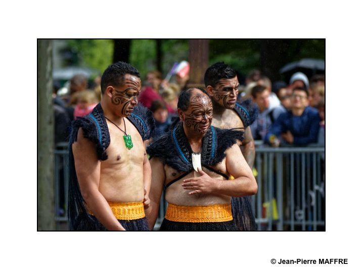 Les guerriers Maoris de Nouvelle Zélande, en tenue traditionnelle, le visage grimé, torse et pieds nus, brandissant des lances en hommage à leur participation lors de la 1ere guerre mondiale. Paris, le 14 juillet 2016.