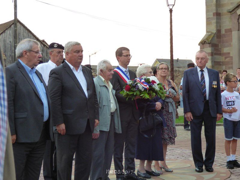 Quelques photos de la cérémonie en avançant par les flèches  <   et    >