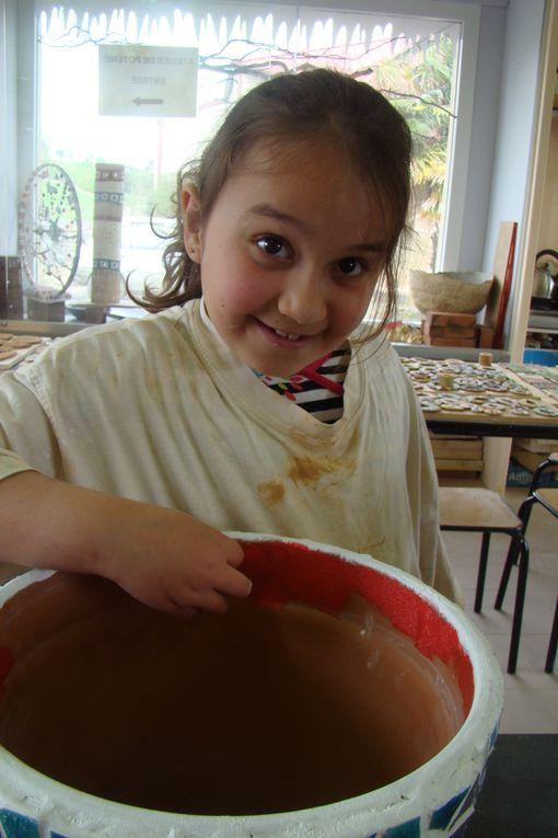 Stage CETL ou 4 enfants de 8 a 9 ans on realisé une mosaÏque sur un pot de fleurs en terre.