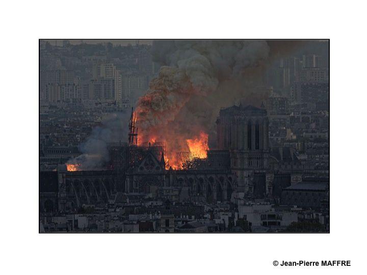 La cathédrale Notre-Dame de Paris a été dévastée par un très violent incendie le lundi 15 avril 2019. La toiture est ravagée mais les deux tours sont sauvées. En 850 ans Notre Dame n'avait jamais brûlé.