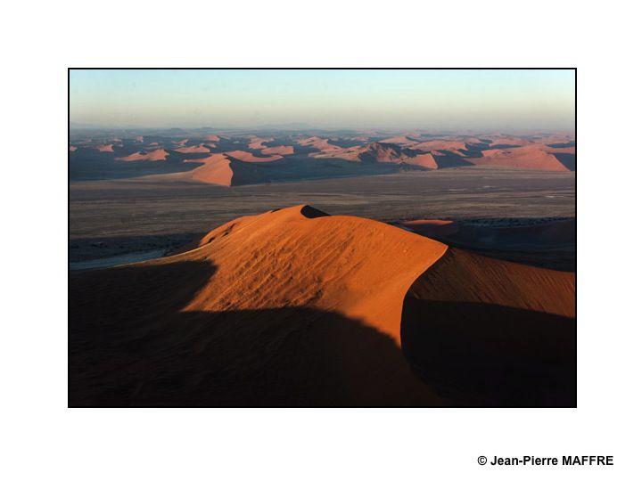 Les dunes du Namib, les plus anciennes et les plus grandes du monde, sont situées dans la région de Sossusvlei dans le désert Namibien.