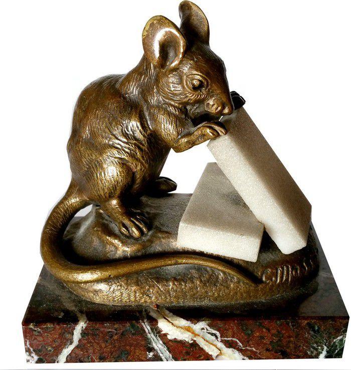 Sculpture bronze et en marbre blanc signéC.MASSON. Reprèsentant une souris grignotant du sucre.