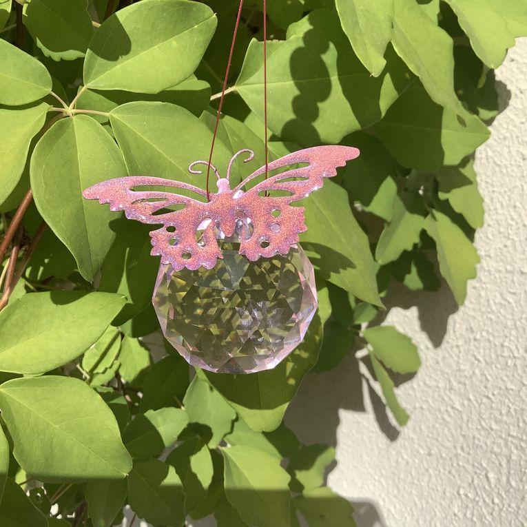 Suncatcher : un joli pendentif de fenêtre motifs papillons de couleur rose