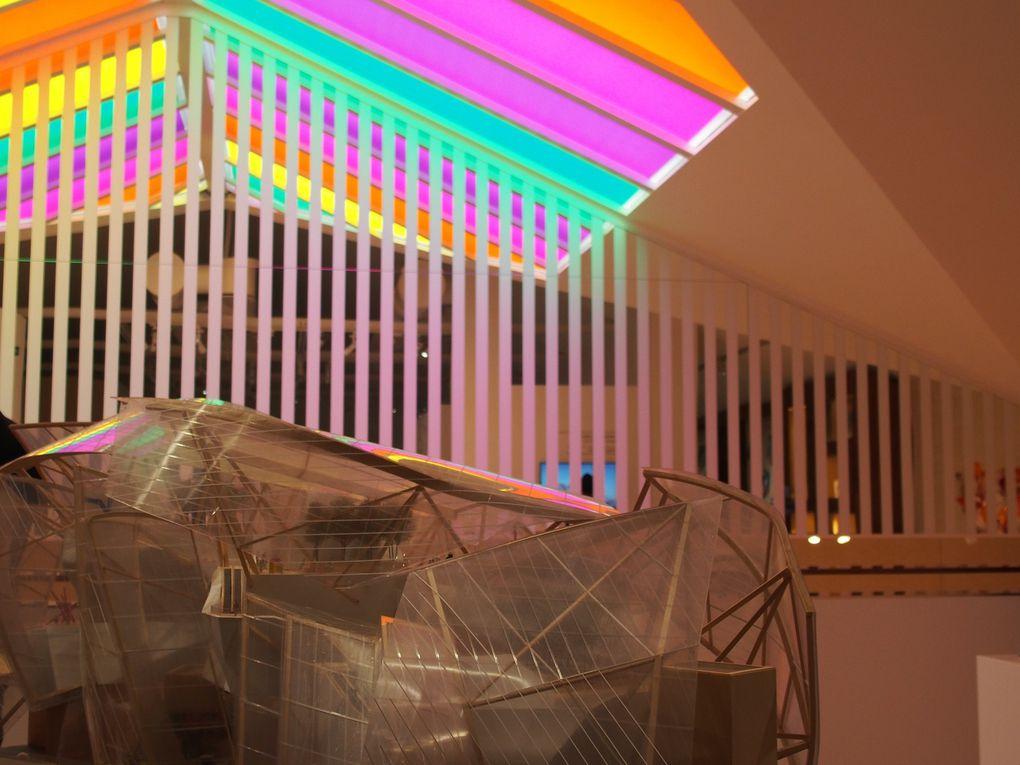Brisées par les reflets : les couleurs, intervention in situ de Daniel Buren joue avec une des maquettes de Frank Gehry dans l'espace Louis Vuitton Venezia, Venise © Le Curieux des arts Gilles Kraemer, présentation presse, 26 mai 2016