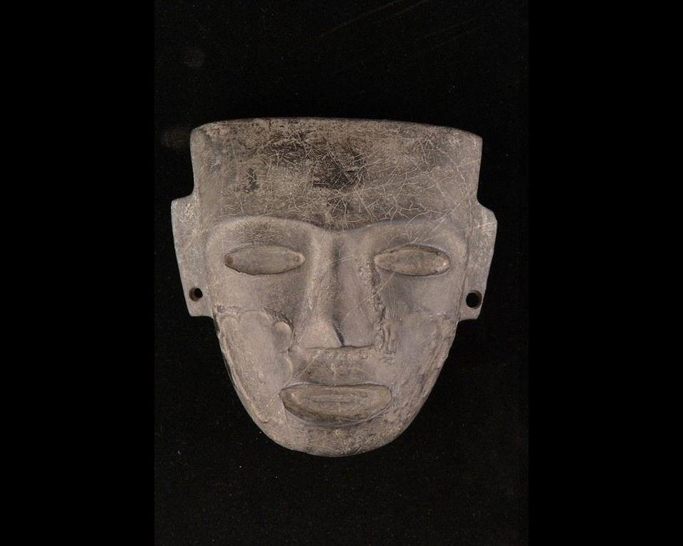 Masques funéraires : en or d'Agamemnon Grèce -1600 -1500avJC / en or et pierres semi précieuses de Toutankhamon Egypte -1323 avJC / en plâtre et or époque romaine 100 ap JC / en marbre gris Mexique.