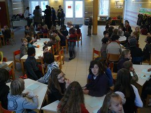 Jour de verglas : Incroyable seulement une cinquantaine d'enfants dans toute l'école.  Nous avons partagé des cougnous de Noël et du cacao chaud dans l'agora.