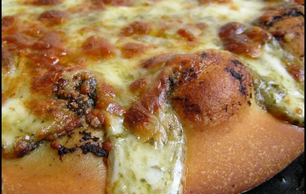 Pizza bianca (pesto-fromages)