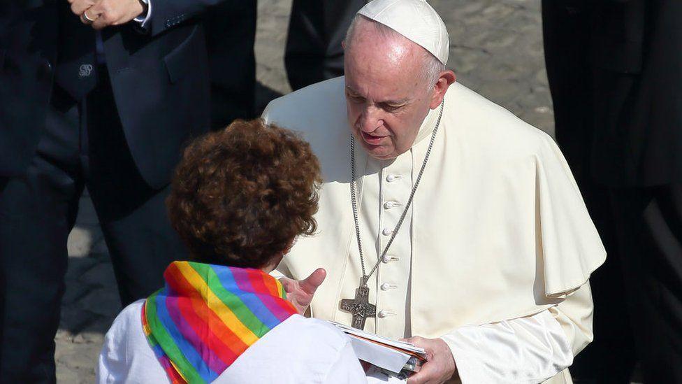 """Le pape François, aux parents d'homosexuels : """"L'Église aime vos enfants tels qu'ils sont, parce qu'ils sont enfants de Dieu"""""""