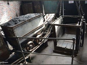 Les wagonnets remontés, le tri pour élimanation manuelle de l'indésirable, la cage pour descendre les mineurs...