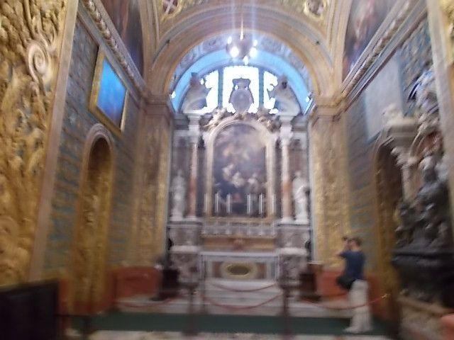 """la cathédrale avec ses super pierres tombales de marbre de toutes les couleurs sous lesquelles reposent les vaillants chevaliers, les trois villes sud de la Valette, la """"party"""" du vendredi soir et la nuit balnche de samedi à La Valette."""