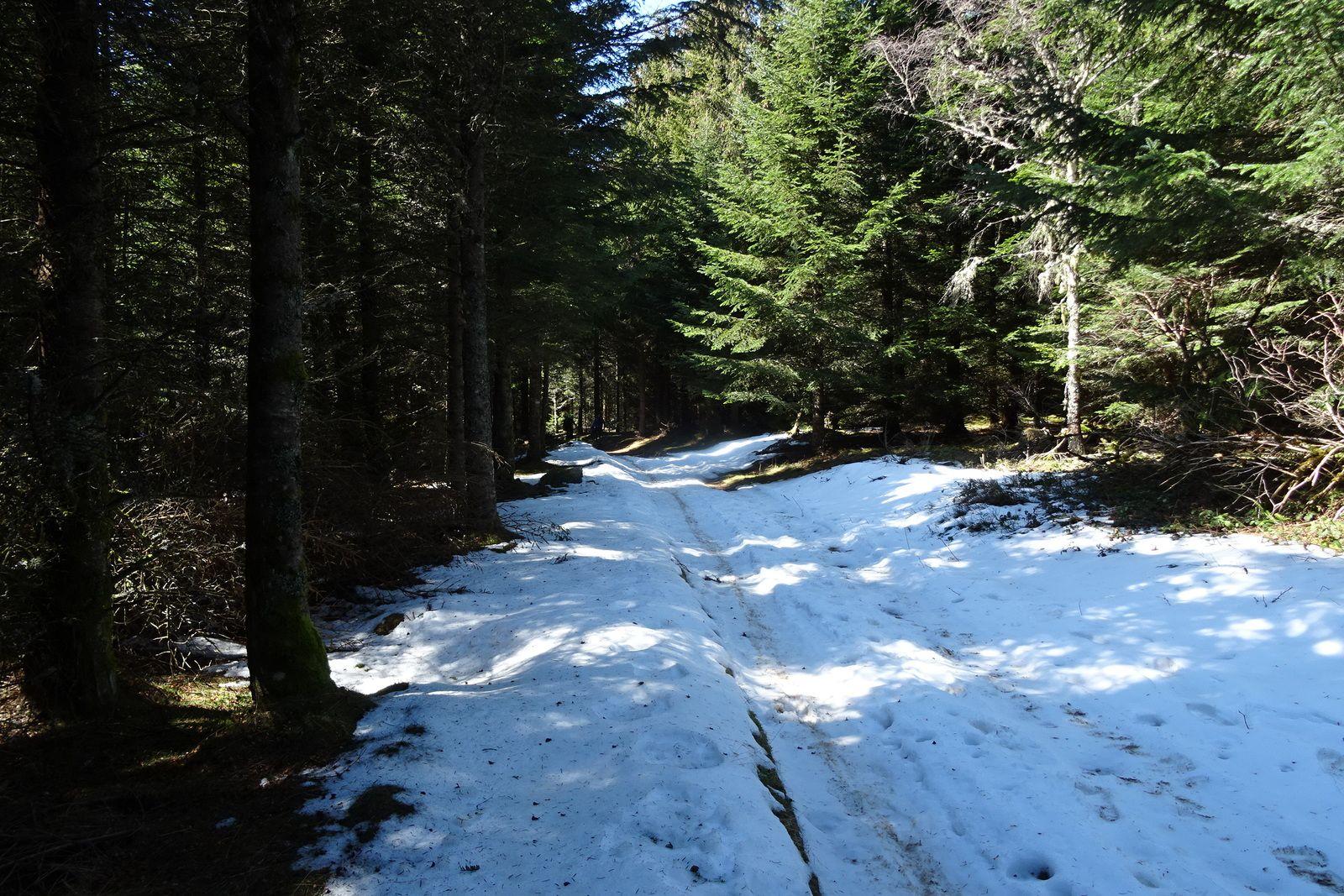Nous grimpons de plus en plus et sur les hauteurs, on finit par rouler dans la neige.
