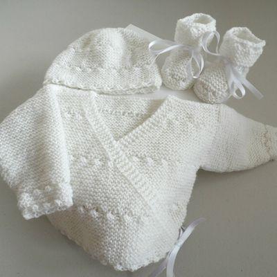 Tricot bébé, trousseau brassière croisée, bonnet et chaussons