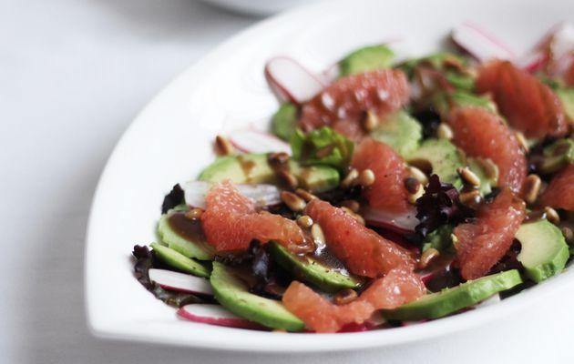 Salade de pamplemousse à l'avocat & pignons de cèdre