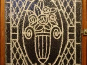 Grille fer forgé 1930, architecture normande, vue de nuit de l'intérieur, Cl. Elisabeth Poulain