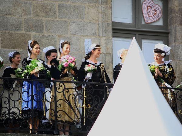 Il s'agit de Marion Le Bihan du cercle de Rostrenen, qui a soumis son mémoire : L'évolution de l'accordéon dans le Centre-Bretagne. Cette année pour le 90 éme anniversaire retour de 4 demoiselles d'honneurs au lieu de 2