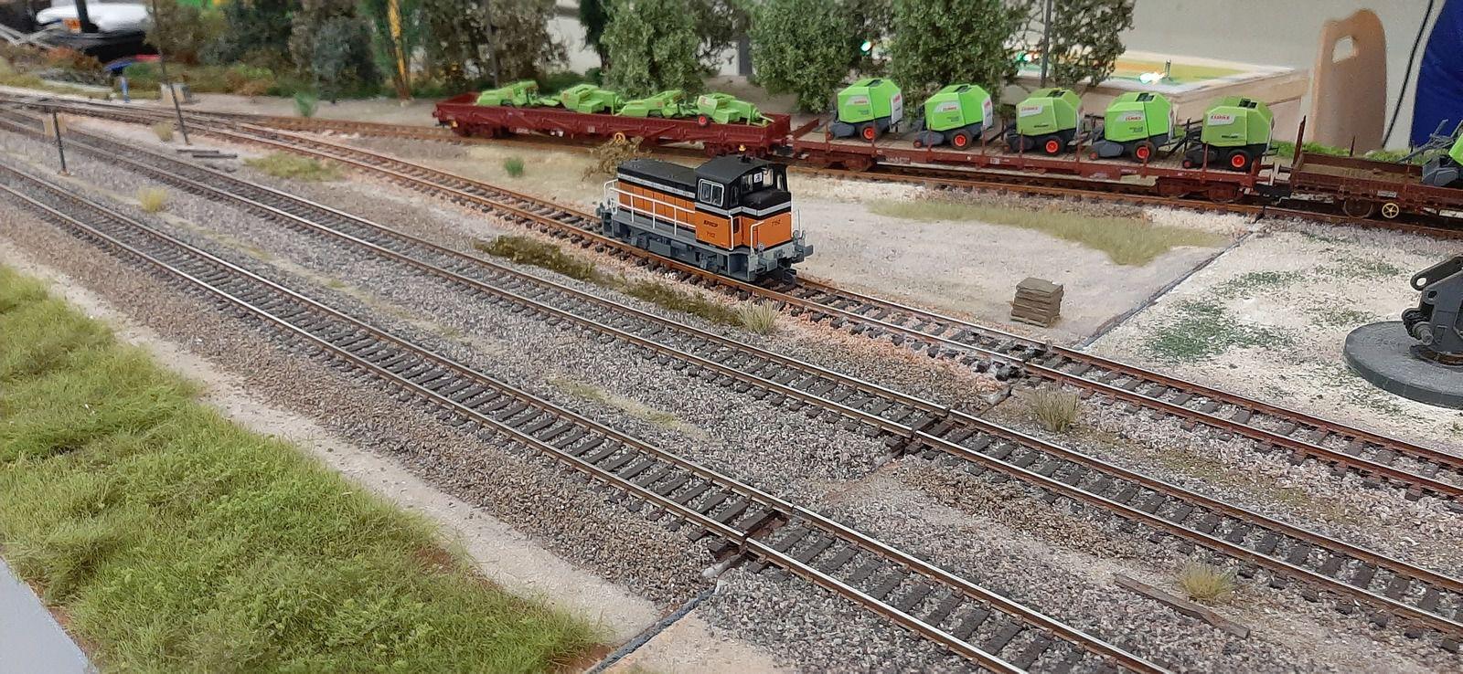 Y 7100 stationné près des halles de la gare d'Anglure