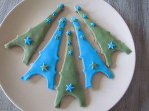 Je confectionne des petits biscuits Tour Eiffel en pâte à sucre