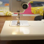 {tutorial: how to sew a zippered pouch}