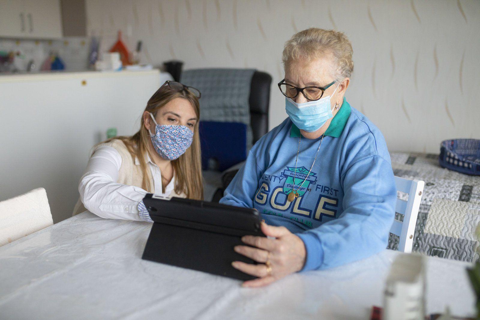 Des tablettes numériques pour les seniors des résidences autonomie Cèdres et Tamaris à Aulnay-sous-Bois