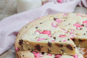 Blondie aux pépites de chocolat et pralines roses