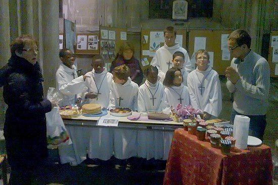 Vente de gâteaux par les servants d'autel