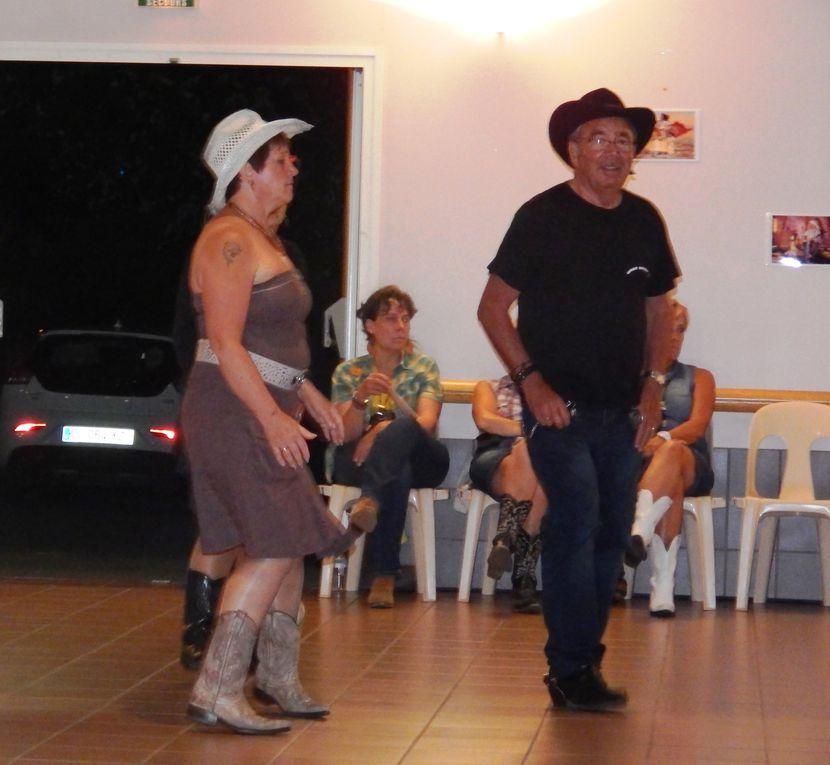 Très beau bal country à Jard sur Mer Vendée, organisé par JARD COUNTRY avec le groupe de Sabrina & COUNTRY FEVER Band, et une partie de CD en intermittence  avec le groupe. Belle soirée de country avec quelques cowboys de Cowboy Country 45