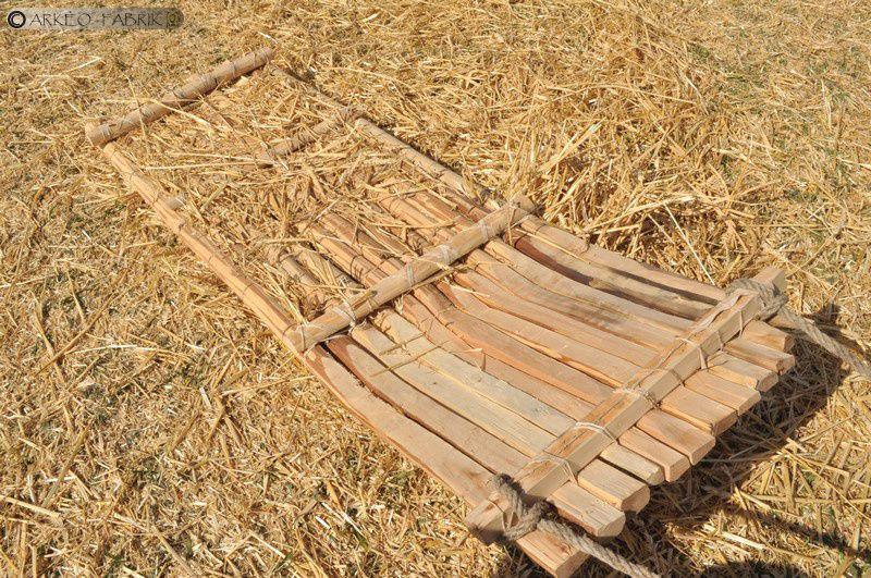 Démonstration de l'utilisation d'un tribulum lors de la fête des moissons au Parc des Lilas.