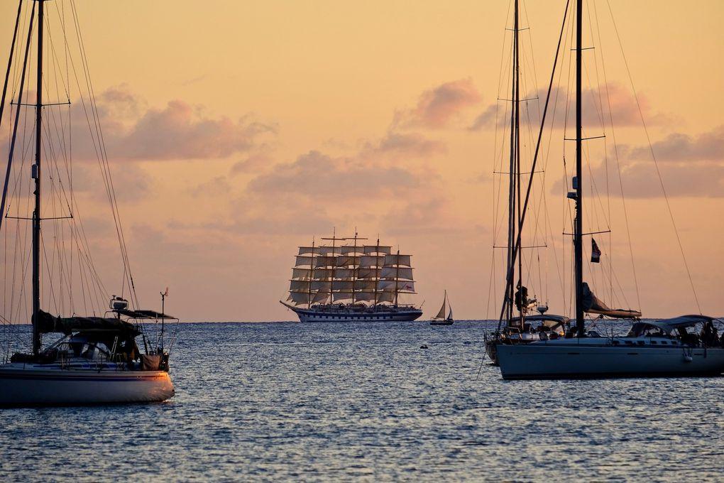 Un coucher de soleil inattendu avec ce magnifique voilier format XXL qui inonde la mer de sa classe et son charisme....une haie d'honneur respectueuse des voiliers du port pour saluer ce monstre taillé pour l'aventure...