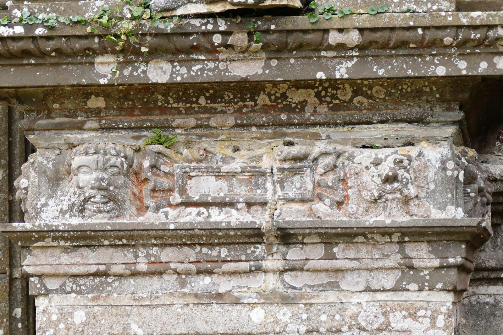Contrefort du porche sud de l'église de Guimiliau. Photographie lavieb-aile.