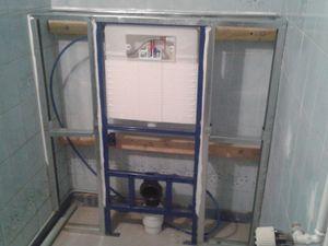 Pose d'un wc suspendu, avec une ossature metallique ,puis BA 13 hydro également...