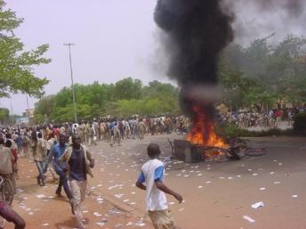 La colère monte au Burkina-Faso : Les lycéens solidaires avec la grève de leurs professeurs pour de meilleures conditions de travail descendent par milliers dans les rues de Ouagadougou