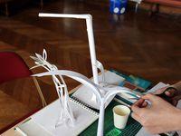 Expérimentations en atelier avec simplement du papier, de la colle et un cutter. La maquette est utilisée comme méthodologie de construction et de test empirique des structures.