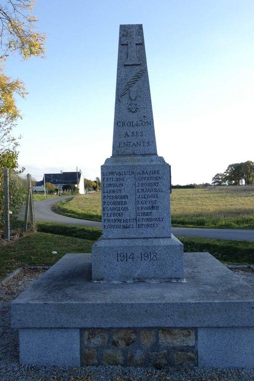 Le monument est sur la place.