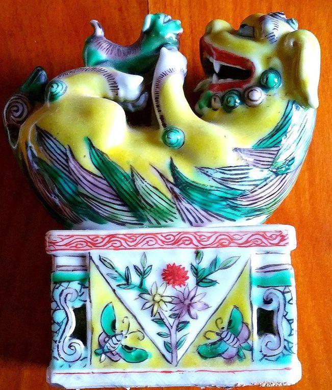 Porcelaine chinoise représentant un chien couché sur le dos jouant avec un chiot