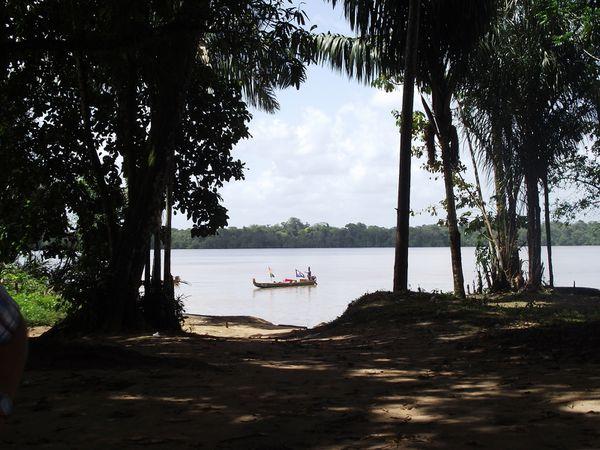 Arrêt dans un village de noirs marrons ( N'djula) puis retour vers Saint Laurent en longeant la rive surinamaise jusqu'à Albina; puis nous avons traversé le fleuve pour accoster en France équatoriale.