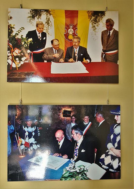 Im Königspavillon positioniert sind professionelle Bilder von Günter Röhm, seit Anbeginn mit seiner Frau Christel ein Förderer der Partnerschaft, u.a. des Frühfranzösisch im Kindergarten St. Martin.