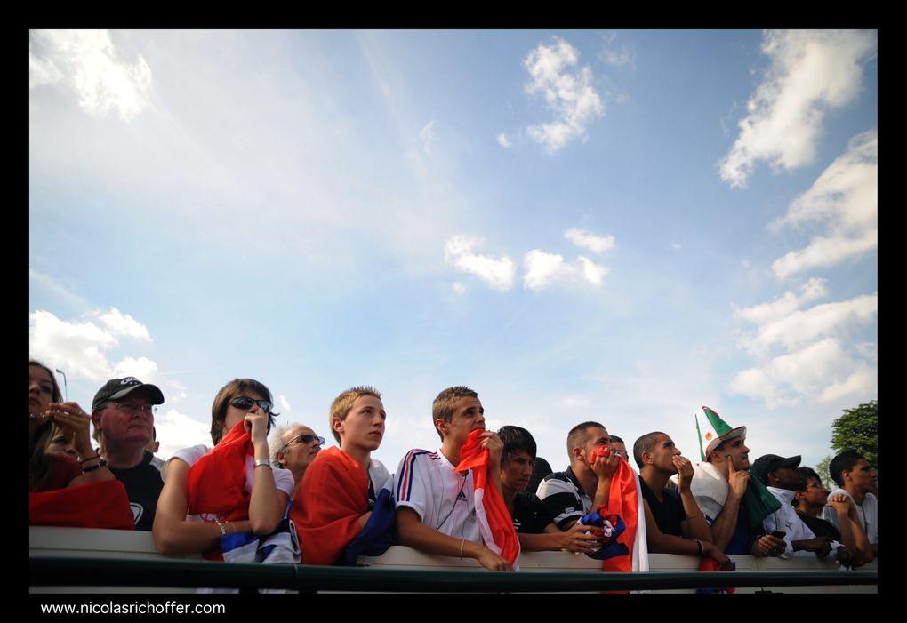 Mardi 22 juin 2010. Des milliers de supporters sont réunis au Trocadéro à Paris pour assister au match de la dernière chance pour les Bleus au Mondial 2010. Défaite 1-2 face à l'Afrique-du-Sud, l'équipe de France est éliminée sans avoir gagn