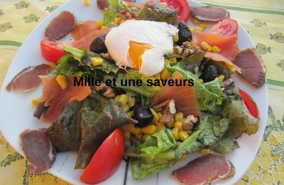 Oeuf mimosa et oeuf poché qui accompagneront une délicieuse salade
