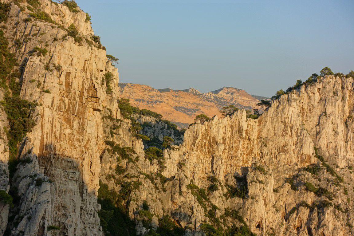 vue vers Cap Canaille derrière la brèche de Castelvieil