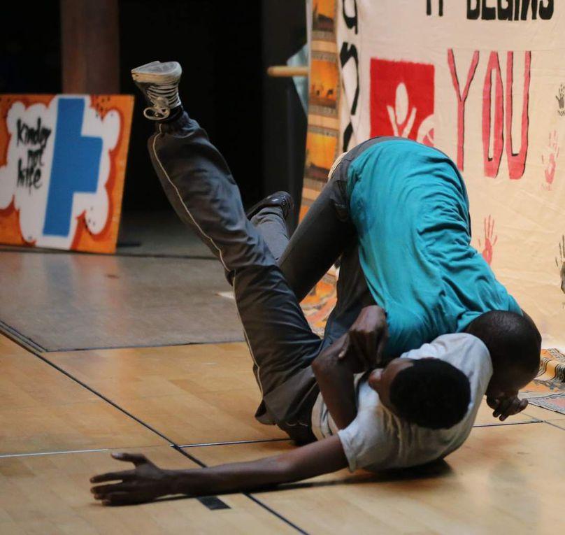 Zwischen all den ernsten und ergreifenden Szenen war das Theaterstück durch die lebhaften Tanz- und Musikdarbietungen erfrischend schülernah. Diese offenbarten,  dass die Townships der Südafrikaner trotz der enormen HIV-Bedrohung auch Orte von Tanz und Gesang, Leben, Liebe und Musik sind.