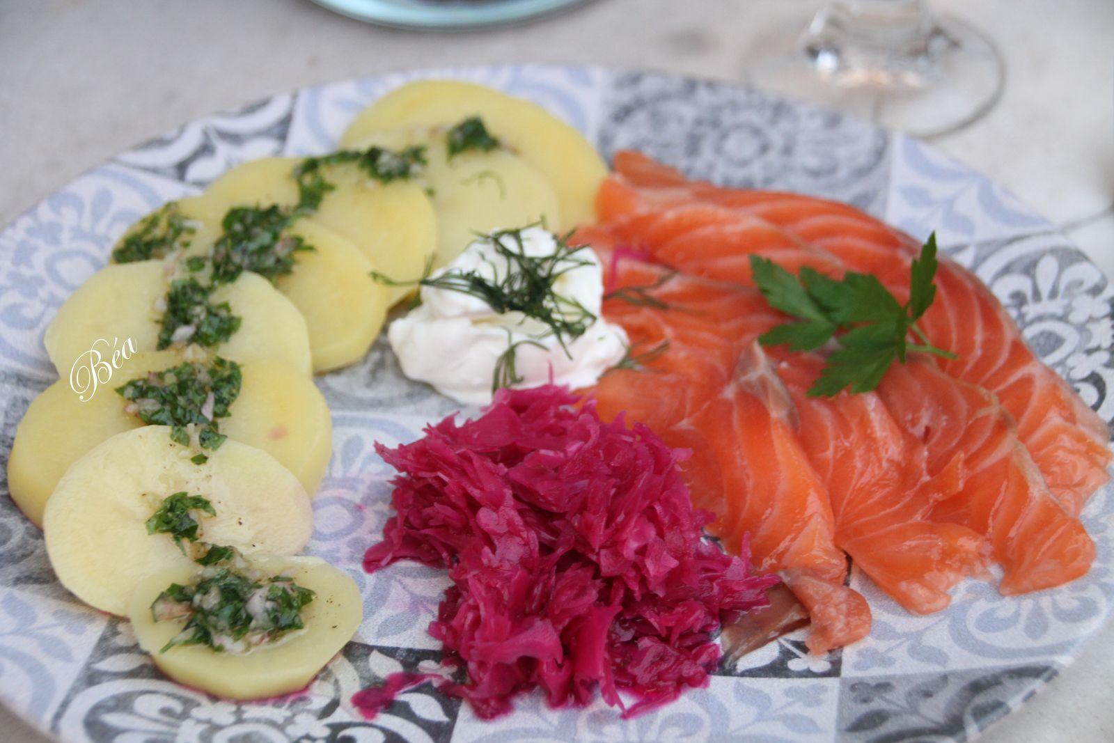 Saumon gravlax, pickles de chou rouge et pommes de terre vinaigrette - balade norvégienne