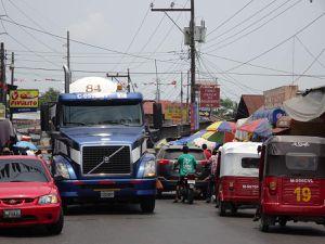 Seule étroite nationale qui traverse Fronteras, train de camions, tuck-tuck, piétons, petits commerçants.... c'est un capharnaüm, de bruits, de monde, d'encombrement. Nous avons un peu le tournis.