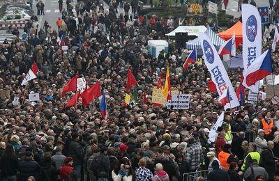 25 000 manifestants à Prague boudent l'anniversaire de la révolution de velours et préfèrent manifester contre la politique d'austérité du gouvernement