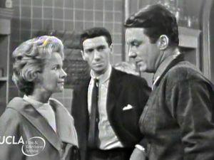 1961 : 1 Charlie cherchant la sortie du labyrinthe • 2 Jane Rollins (Mona Freeman), Dr Strauss (Maxwell Shaw), Charlie (Cliff Robertson) • 3 Charlie et Jane