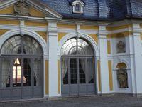 und der mit zwei Kuppeltürmchen gekrönte Gartenpavillon.