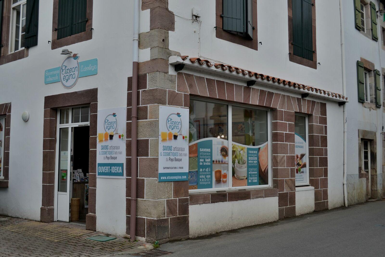La boutique Etxean Egina à Saint-Etienne-de-Baïgorry...