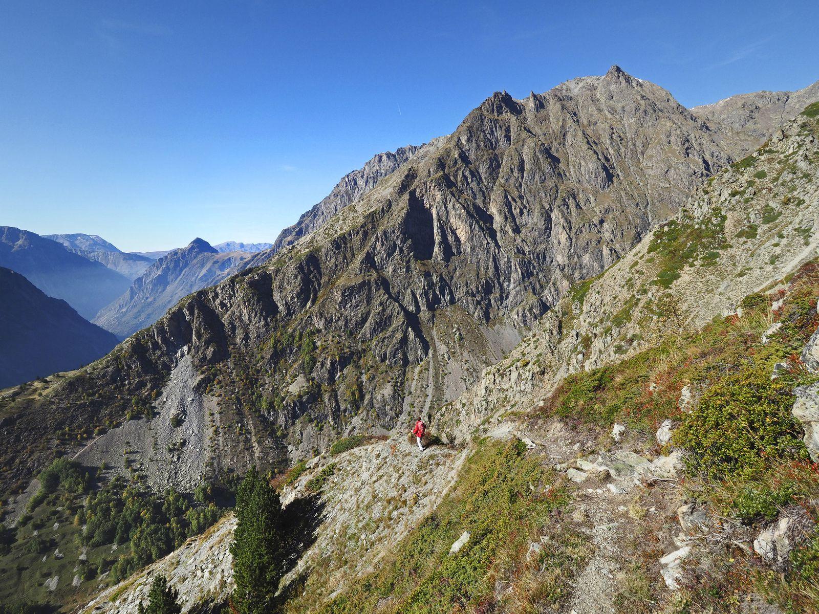 Descente spectaculaire face à la Toura (2885 m) qui se dresse de l'autre côté du vallon de la Selle.