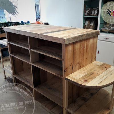 Comptoir central en bois de palette installé à l'épicerie LE POTIQUET à LIEGE